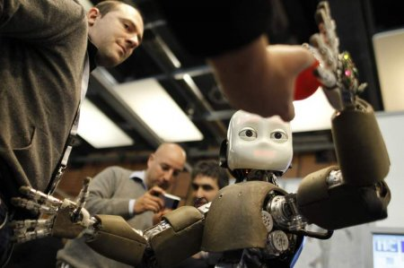 Робот iCub научит других роботов быть более человечными