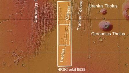 На марсианском плато Фарсида обнаружена вереница круглых ям