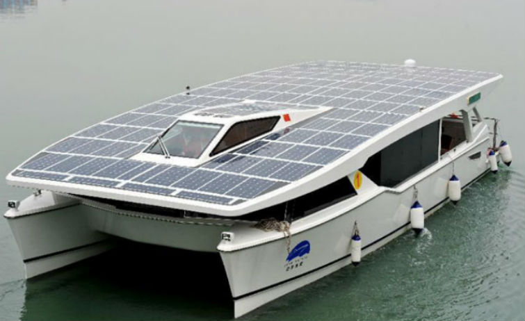 яхта с солнечными батареями