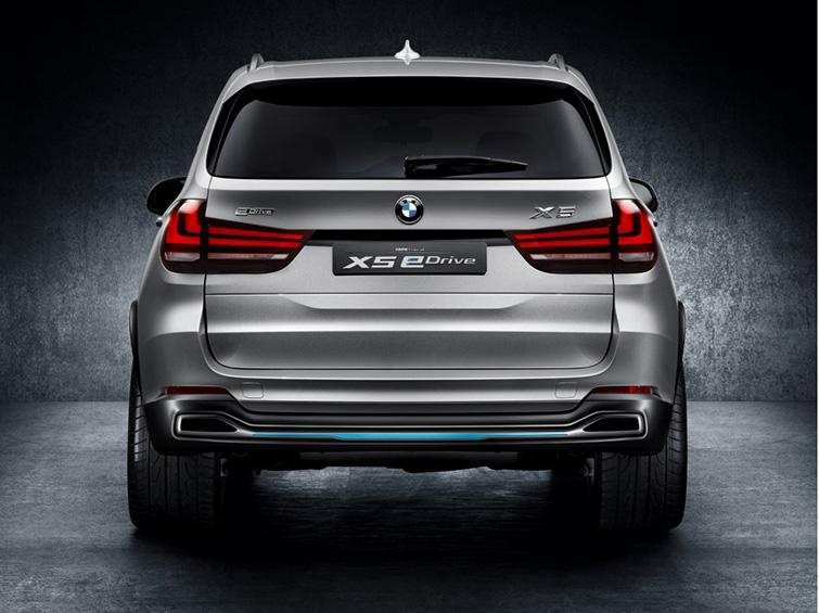 гибридный BMW X5 2015 года вид сзади