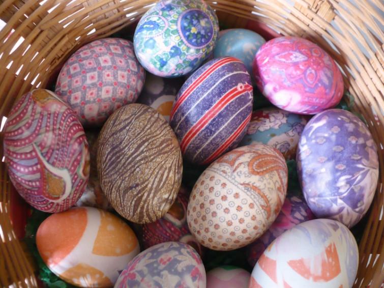 как покрасить яйца нитками или лоскутками ткани