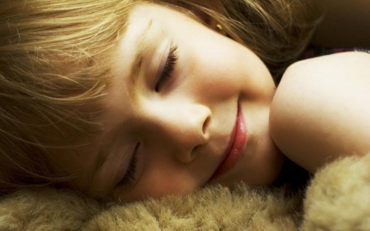 спящие дети улыбаются