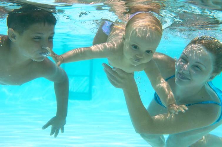 как научить плавать грудничка