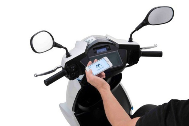 Скутер с док-станцией для айфона