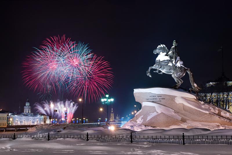 Как проводится новогоднее украшение Петербурга
